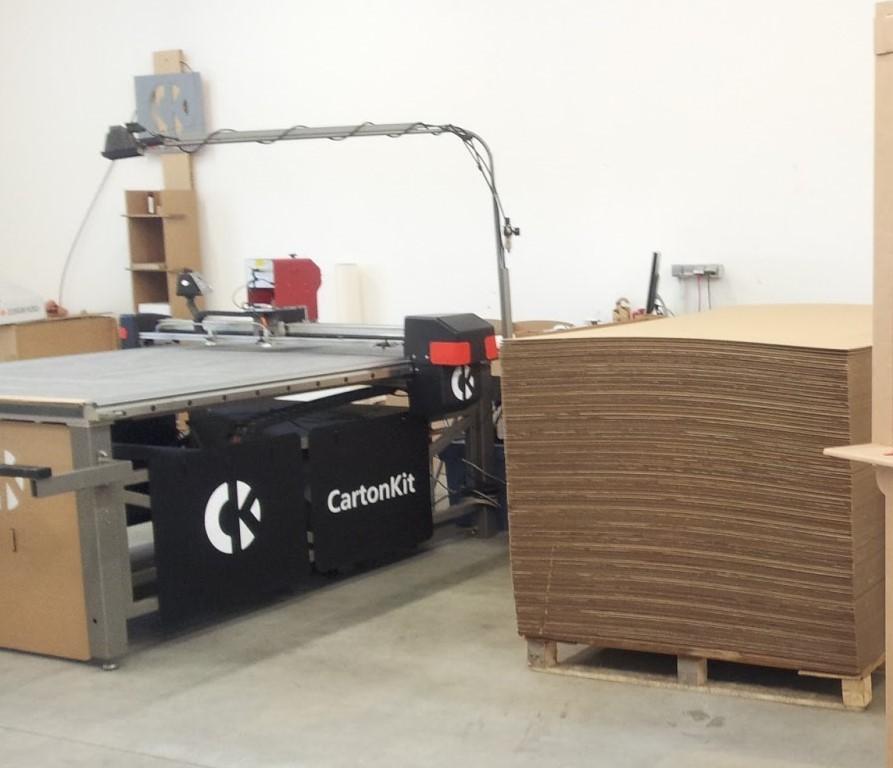 Atelier machine de découpe pour le carton